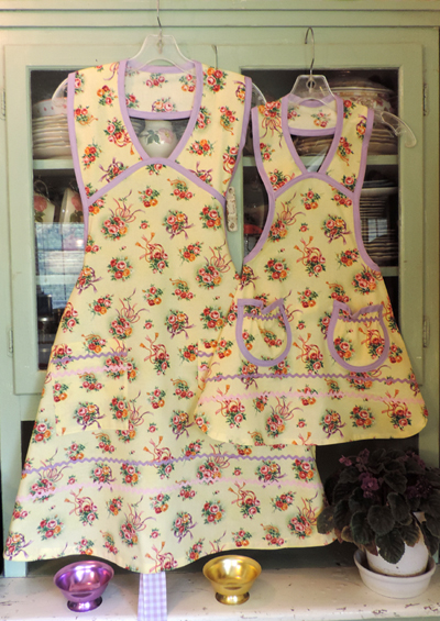 1940 Wedding Bouquet Mother Daughter Aprons