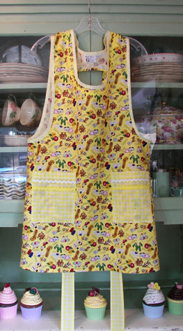 Grandma Yellow souvenir salt and pepper cobbler aprons