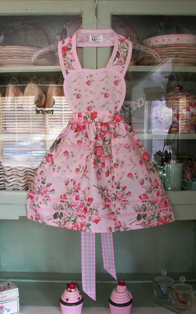 Heart child apron in large soft pink roses
